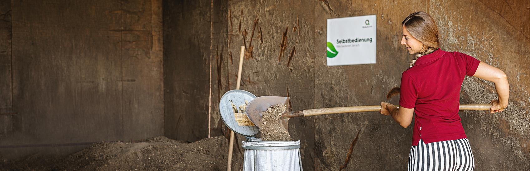 Selbstbedienung vom Qualitätskompost bei der Kompostieranlage in Emmen der Firma Qualikomp AG