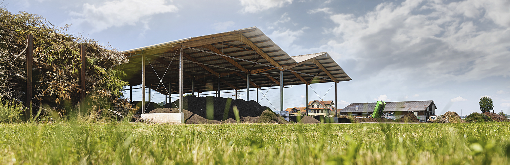 Ansicht Firmengelände und Halle mit Kompost der Firma Qualikomp AG in Emmen