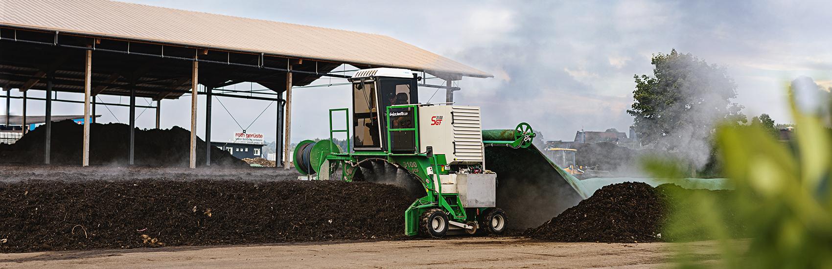 Firmengelände der Qualikomp AG in Emmen, wenden der Kompostmiten auf dem Areal – Qualitätskompost entsteht